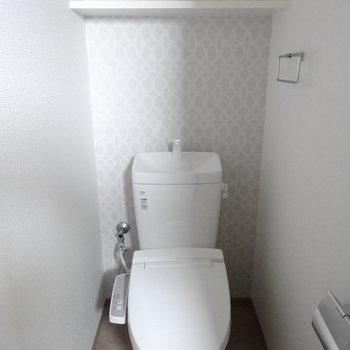 壁紙がかわいい。トイレはウォシュレット付き!(※写真は3階の同間取り別部屋のものです)