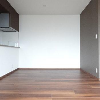 キッチン前にも家具が置けますよ。(※写真は3階の同間取り別部屋のものです)