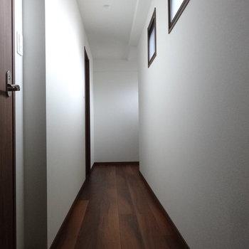 廊下に小窓がありました。(※写真は3階の同間取り別部屋のものです)