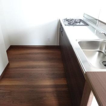 キッチンスペースも広々〜。コンロ後ろに冷蔵庫ですね。(※写真は3階の同間取り別部屋のものです)