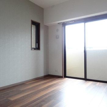 リビングから向かって左側の洋室。(※写真は3階の同間取り別部屋のものです)