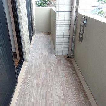 バルコニーの床が木目調で清潔&高級感あり。(※写真は3階の同間取り別部屋のものです)