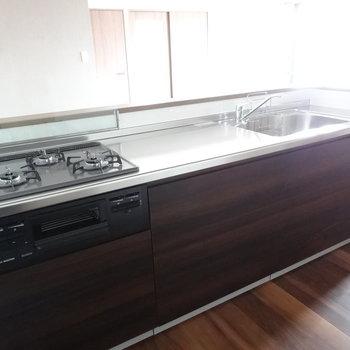 どっしり大きなキッチンが嬉しい!調理スペース広々してます。(※写真は3階の同間取り別部屋のものです)