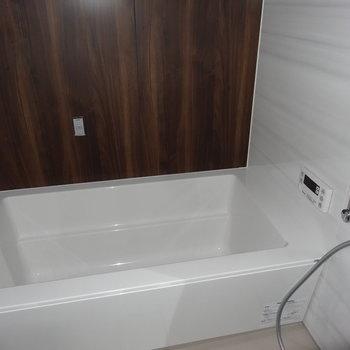 お風呂もゆったり。追い焚き&浴室乾燥付きですよ〜。(※写真は3階の同間取り別部屋のものです)