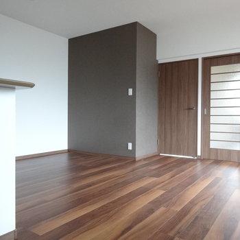リビングにはブラウンの壁がアクセント。(※写真は3階の同間取り別部屋のものです)