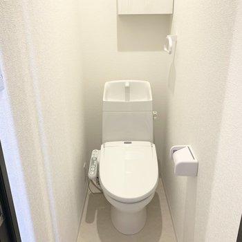トイレはウォシュレット付き。こちらも上部に棚付いてます◎