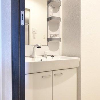 独立洗面台。歯ブラシなどの小物置き場も確保◎