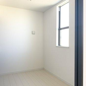 洋室にも小窓付いてます