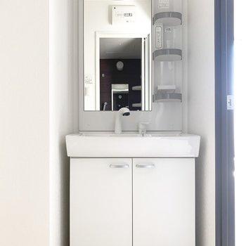 独立洗面台。歯ブラシなどの小物入れも使いやすい♪