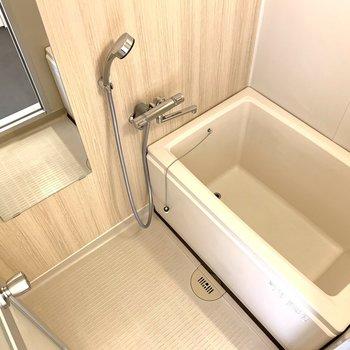 お風呂場は木目調シートと水栓をかえてリニューアル