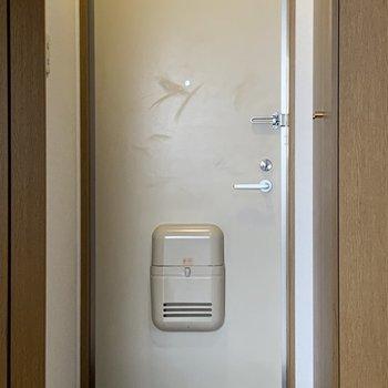 玄関はコンパクトですが......※写真は1階の反転間取り別部屋のものです
