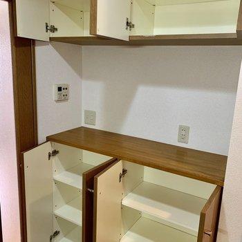 真ん中にケトルなどが置けそうな棚が反対側にありました。※写真は1階の反転間取り別部屋のものです