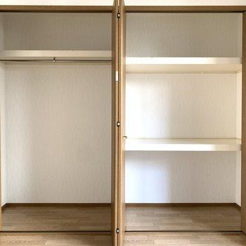 左側の真ん中の棚はアクセントとて、何か飾ってもいいかも。※写真は1階の反転間取り別部屋のものです