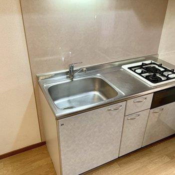 2口コンロに大きなシンク。冷蔵庫は左側へ。※写真は1階の反転間取り別部屋のものです