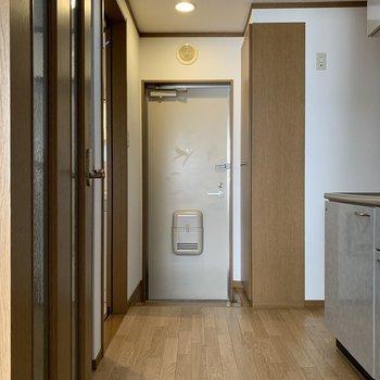 キッチンスペースが広いですよね。※写真は1階の反転間取り別部屋のものです