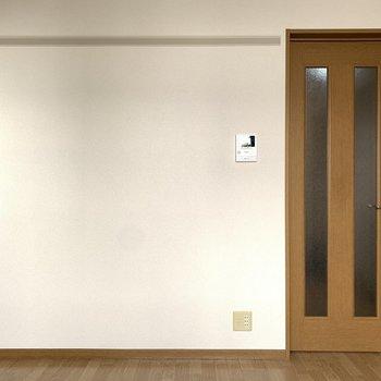 窓側から。ピクチャーレールがありました。※写真は1階の反転間取り別部屋のものです