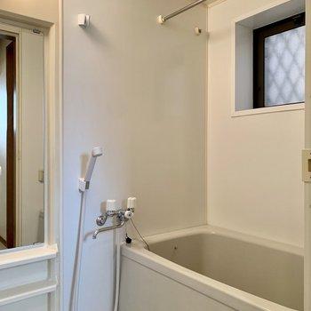 浴室乾燥機付きのバスルーム。窓付き◯※写真は1階の反転間取り別部屋のものです