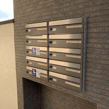 壁にメールボックスがはめ込まれています。