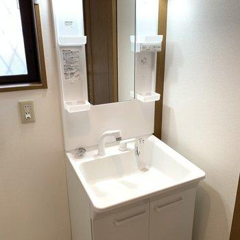 隣は洗面台。使うものは棚に置きましょう。※写真は1階の反転間取り別部屋のものです