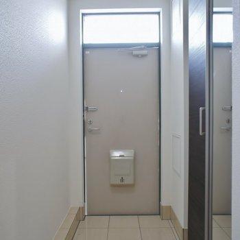 こちらが玄関。※写真は別部屋のもの