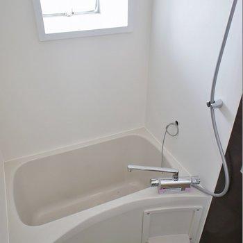 窓付きのバスルーム。※写真は別部屋のもの
