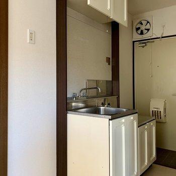 キッチン隣には冷蔵庫が置けますね