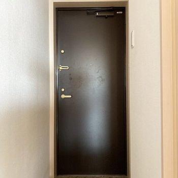 玄関は大人っぽい色ですね。