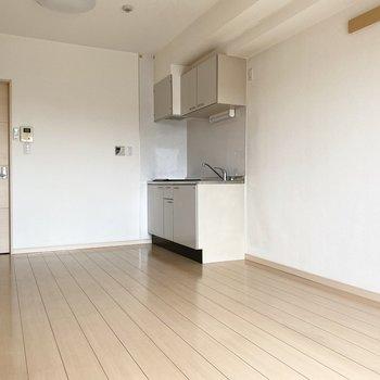 キッチンは洋室の角にあります。※写真は通電前のものです