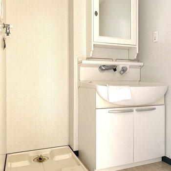 洗面台と洗濯機置き場は脱衣所にあります。※写真は通電前のものです
