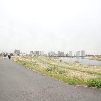 歩けばすぐ多摩川河川敷。あなたはランニング派?それともサイクリング派?