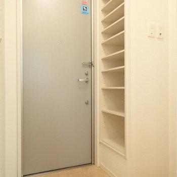 玄関はコンパクトですがシューズボックスのこの容量・・※写真は2階の同間取り別部屋のものです