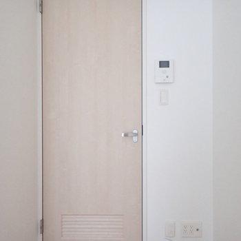 木目の扉がかわいいです。※写真は2階の同間取り別部屋のものです