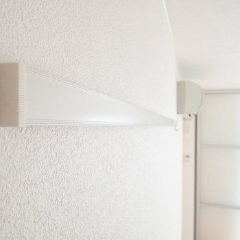 壁にはピクチャレール。飾りに使うもよし、ボードをかけてリマインダーにするもよし。※写真は2階の同間取り別部屋のものです