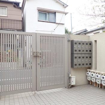 オートロックの扉の横は郵便受けです。