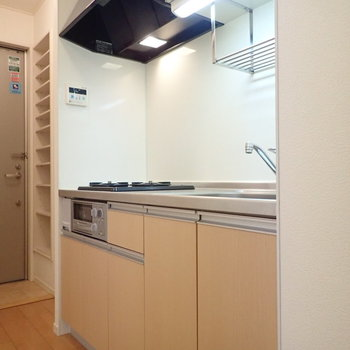 キッチン左には冷蔵庫置き場があります。※写真は2階の同間取り別部屋のものです