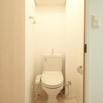 トイレも個室で◎※写真は2階の同間取り別部屋のものです