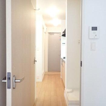 では水回りへ。※写真は2階の同間取り別部屋のものです