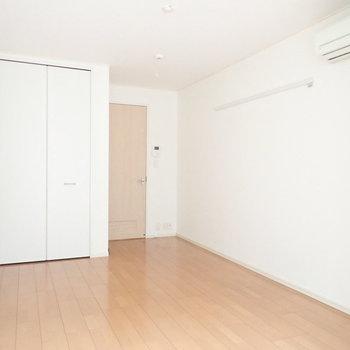 飽きのこないシンプルな内装。※写真は2階の同間取り別部屋のものです
