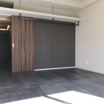 玄関からお部屋まで続くモルタルの床。クールな印象です(※写真は10階の同間取り別部屋のものです)