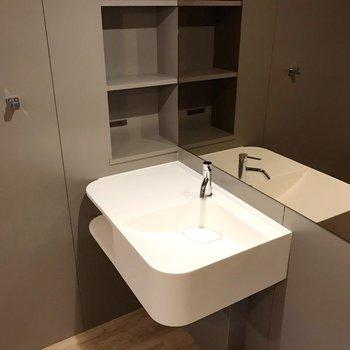 奥の洗面台もデザイン性と収納◎(※写真は10階の同間取り別部屋のものです)