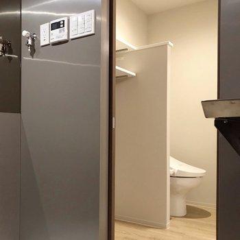 脱衣所は洗濯機置場横の引き戸から(※写真は10階の同間取り別部屋のものです)