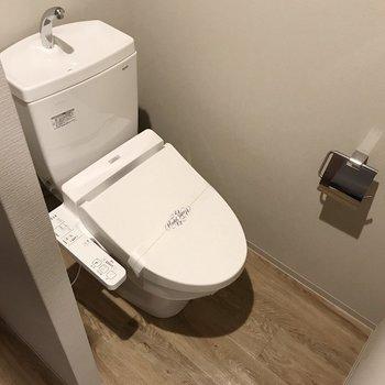 トイレは半個室。好きな布で仕切りたいな(※写真は10階の同間取り別部屋のものです)
