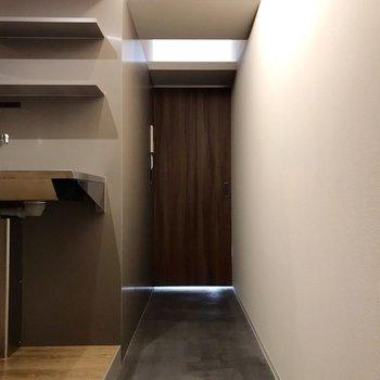 玄関から見た景色。水回りは1段上がったスペースに(※写真は10階の同間取り別部屋のものです)