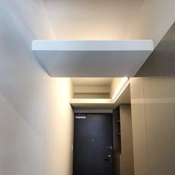 廊下の天井近くにも棚がありました。長ーい観葉植物を垂らしたい(※写真は10階の同間取り別部屋のものです)