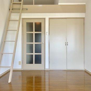 木製の家具を置きたくなる色合いです