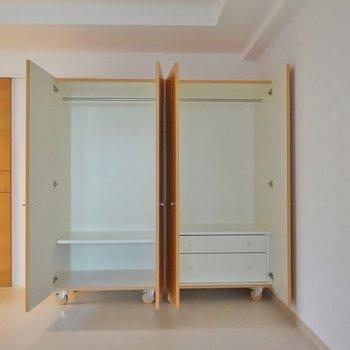 収納は2つ、可動式で好きなところへ置けます。※写真は、同タイプの別部屋