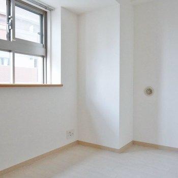 洋室は狭め、ベットを置くだけ。※写真は、同タイプの別部屋
