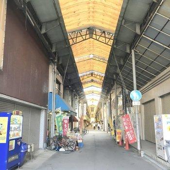 マンションのすぐ隣にはディープな商店街。