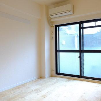 黒の窓枠があるおかげで、アイアンの家具も合わせやすい。