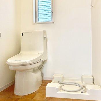 脱衣所にトイレがあります。お掃除はこまめに。
